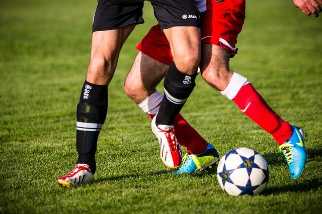 futbolistas jugando a fútbol