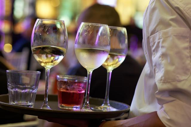 camarero sirviendo copas de vino