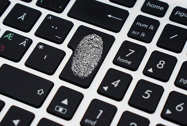huella dactilar en el teclado de un ordenador