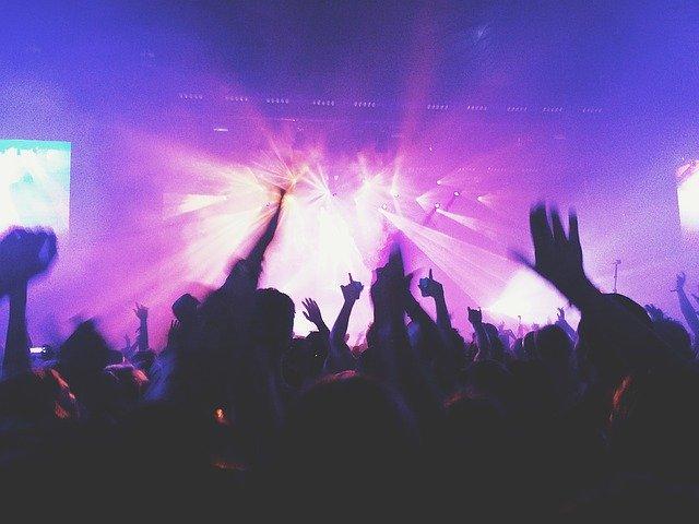 discoteca con gente bailando
